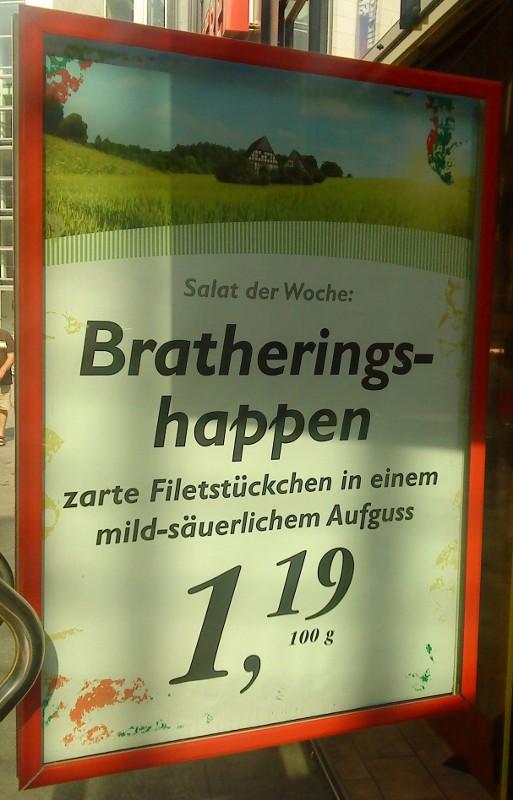 """Werbeplakat eines Fleischers mit dem Salat der Woche """"Bratheringshappen"""""""