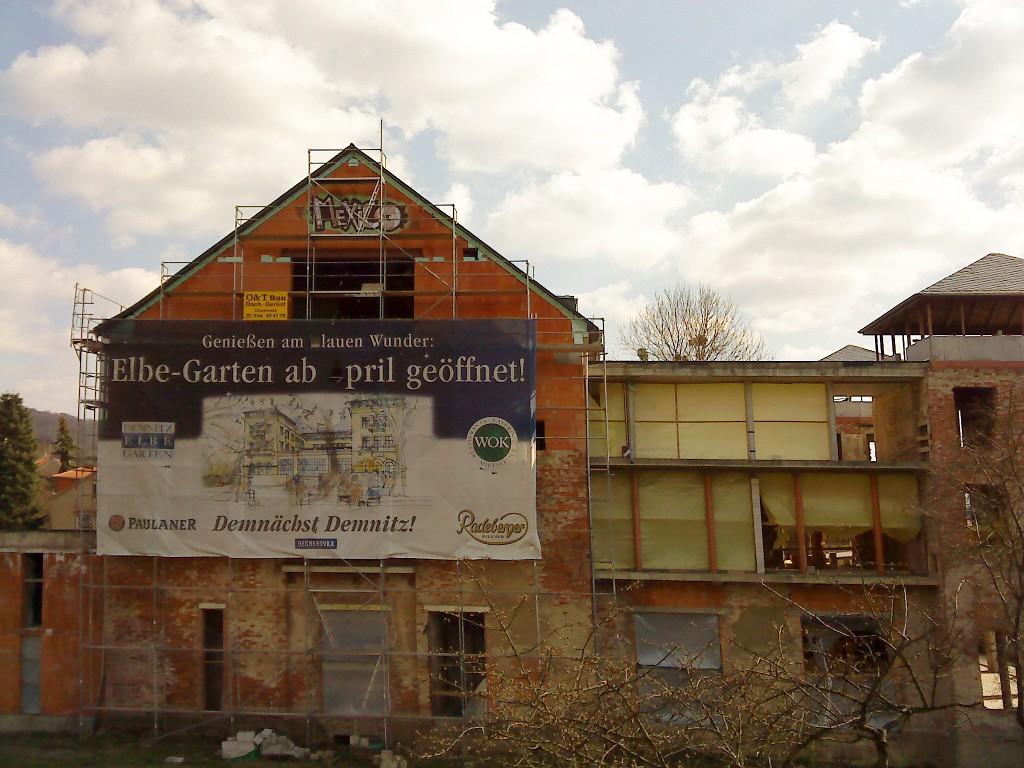 Plakat an der Fassade des Elbe-Gartens beim Körnerplatz